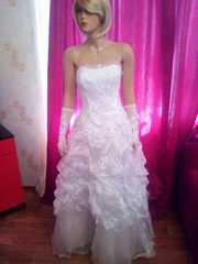Красивое белоснежное свадебное платье,  расшитое жемчугом